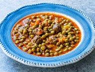 Грах яхния с кюфтета, домати и подправки